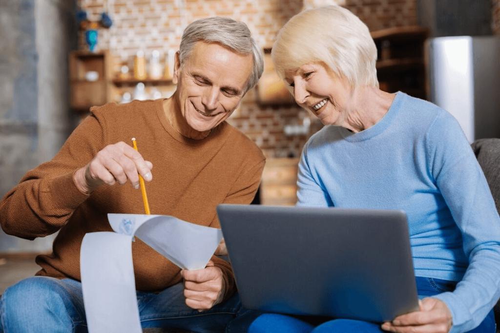 starsze małżeństwo oblicza wysokość emerytury