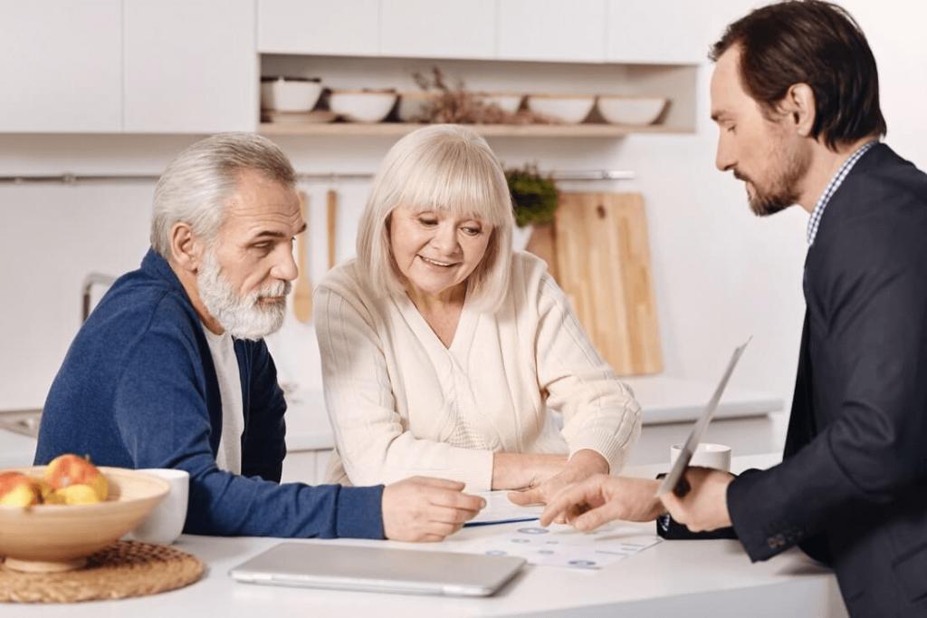 małżeństwo seniorów analizuje umowę renty dożywotniej