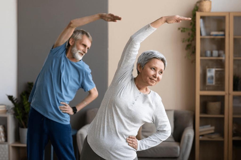 starsze małżeństwo wykonuje ćwiczenia dla seniorów na kręgosłup