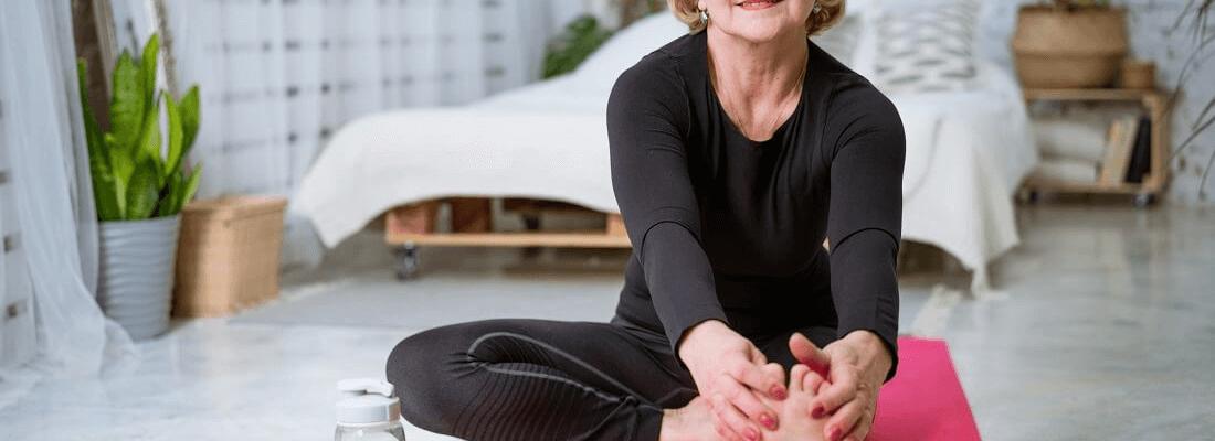 starsza kobieta ćwiczy jogę dla seniorów