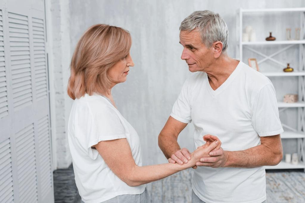 starsze małżeństwo mierzy sobie puls