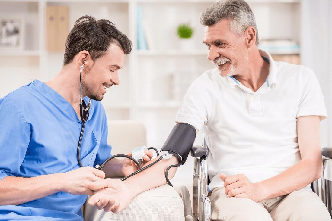 starszy mężczyzna mierzy ciśnienie u lekarza