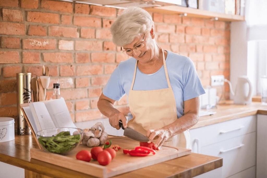 starsza kobieta robi danie z diety dla seniorów