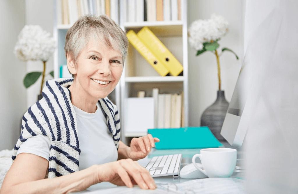 starsza kobieta wypełnia wniosek o emeryturę z rekompensatą