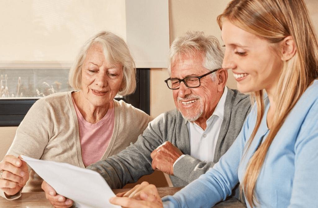 starsze małżeństwo wypełnia wniosek o przeliczenie emerytury