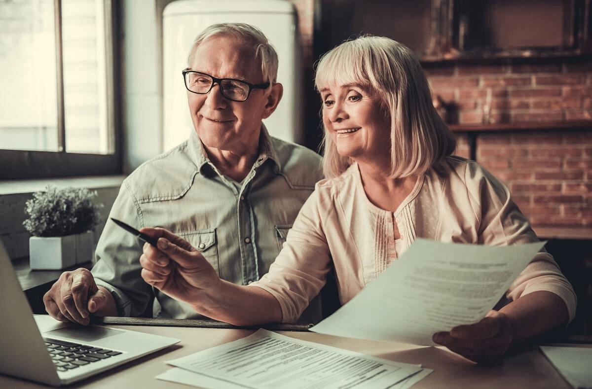 starsze małżeństwo sprawdza komu przysługuje przeliczenie emerytury